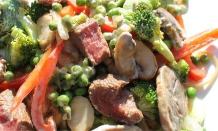 Stroganovschotel van biefstuk, paddenstoelen en groenten
